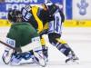 Krefelds Tyler Beechey (rechts) nehält die Oberhand gegen Daniel Weiß - © by Eishockey-Magazin (OM)