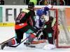 Bernhard Ebner und Tyler Beskorowany erwehren sich gegen Kai Hospelt - © by Eishockey-Magazin (DR)