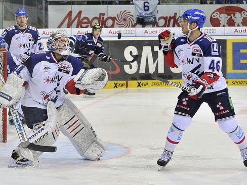Perfektes Zusammenspiel zwischen Jon Rheault (rechts) und Dennis Endras im Adlerkasten - © by ISPFD (sportfotocenter.de)