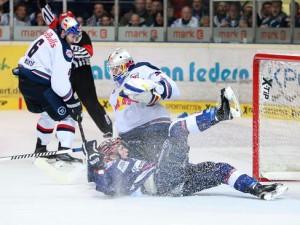 Marko Friedrich (vorne) wird unsanft zu Fall gebracht - © by Eishockey-Magazin (MK)