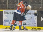 Kassels Marco Müller (links) hat Tyler Mc Neely voll im Griff - © by Eishockey-Magazin (DS)