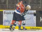 Kassels Marco Müller (links) hat Tyler Mc Neely voll im Griff - © by Eishockey-Magazin (DS)