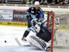 Spencer Machacek (Mitte) versucht sich am Tor durchzusetzen - © by Eishockey-Magazin (RS)