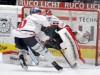 Darin Olver verwandelt seinen Penalty gegen AEV Keeper Markus Keller - © by Eishockey-Magazin (RS)