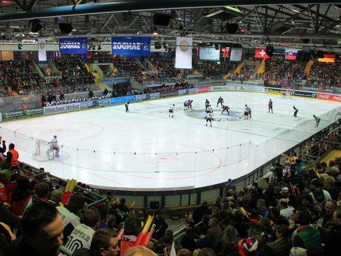 Die alte, aber auch marode Eissporthalle am Olympiasportpark könnte bald Geschichte sein - © by Eishockey-Magazin (DR)