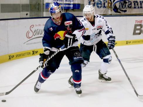 Michael Wolf (links) und Hamburgs Kevin Clark im Zweikampf - © by ISPFD (sportfotocenter.de)