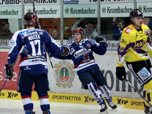 Jubel bei Cody Sylvester nach seinem Tor zum 1:0.© by Jan Brueggemann, Eishockey Magazin