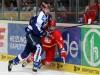 Harter Check von Nick Petersen gegen DEG Verteidiger Jakub Ficenec - © by Eishockey-Magazin (JB)
