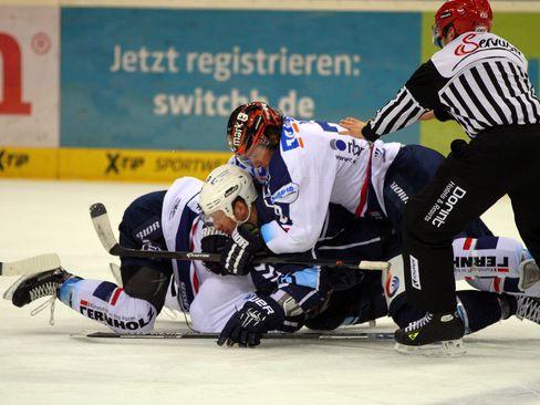 Auf sie mit Gebrüll: Im Knäuel unter anderem dabei sind Christoph Schubert und Mike York - © by Eishockey-Magazin (RH)