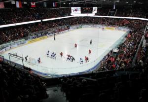 7015 Zuschauer in der Zuger Bossard Arena sorgten für einen Europarekord bei U18 Weltmeisterschaften - © by Eishockey-Magazin (DR)