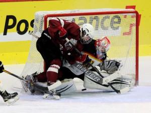 Martins Dzierkals scheitert an Patrick Berger - © by Eishockey-Magazin (DR)