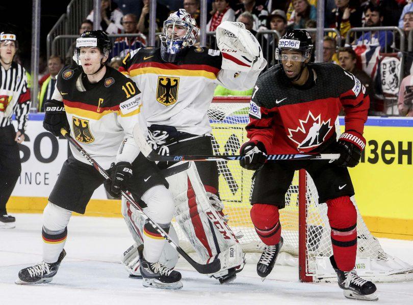 Deutschlands Verteidiger Christian Ehrhoff neben Kanadas Wayne Simmonds und vor seinem Goalie Philipp Grubauer  Foto: ISPFD