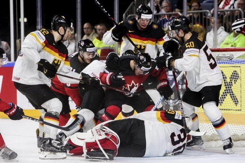 Deutschlands Torwart Philipp Grubauer sichert den Puck und 50-Patrick Hager blockt den kanadischen Spieler   Foto: ISPFD