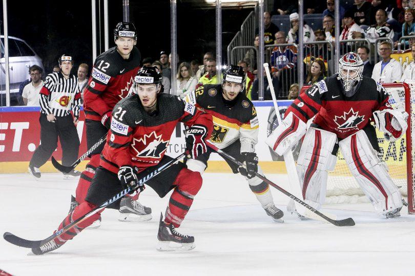 Deutschlands Yasin Ehliz lauert vor dem kanadischen Tor zwischen Goalie 31-Calvin Pickard und 21-Brayden Point  Foto: ISPFD