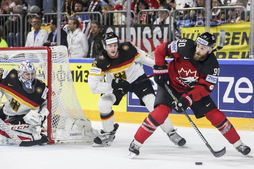 Kanadas Ryan O Reilly spielt die Scheibe vor Deutschlands Konrad Albertshauser und neben Goalie Philipp Grubauer  Foto: ISPFD