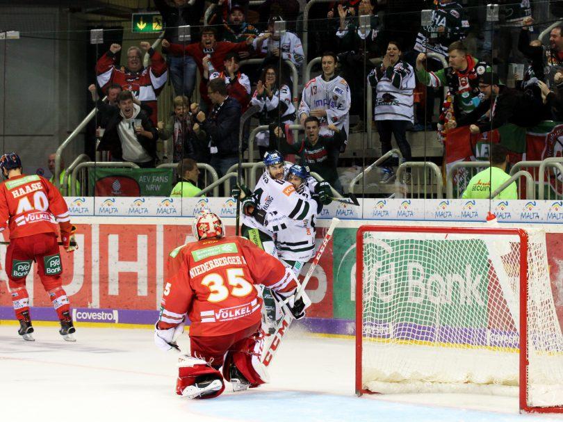 Augsburger Torjubel vor den Fans © by Sportstimme.de (DR)