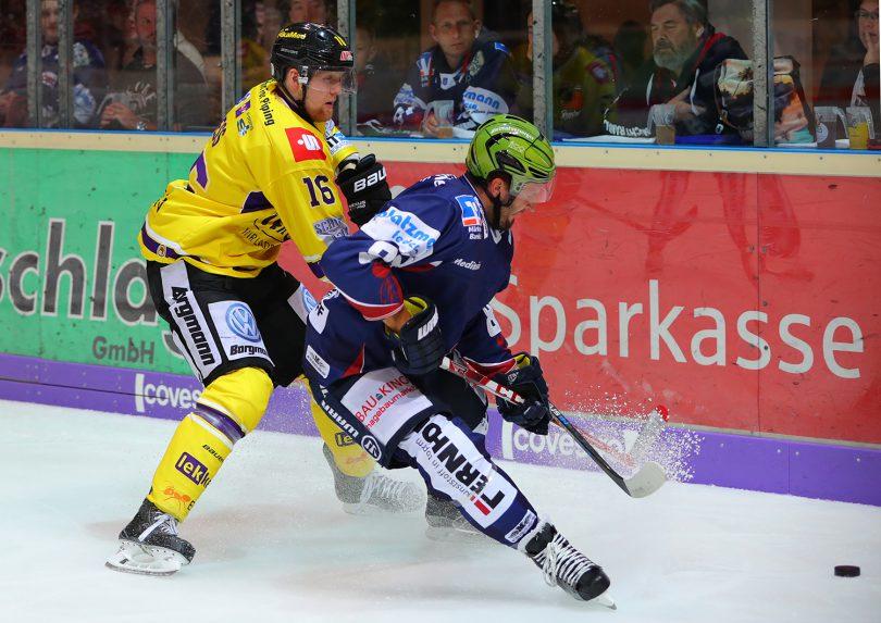 Zweikampf zwischen Jack Combs und Martin Mess DEL: Iserlohn Rooster vs. Krefeld Pinguine Copyright: Jan Brueggemann, Eishockey Magazin