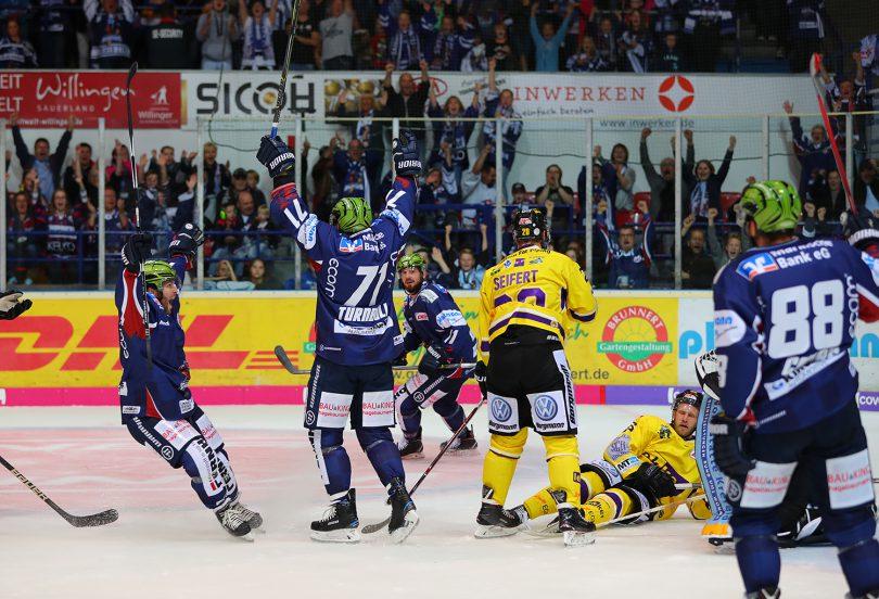 Jubel bei den Roosters. DEL: Iserlohn Rooster vs. Krefeld Pinguine Copyright: Jan Brueggemann, Eishockey Magazin