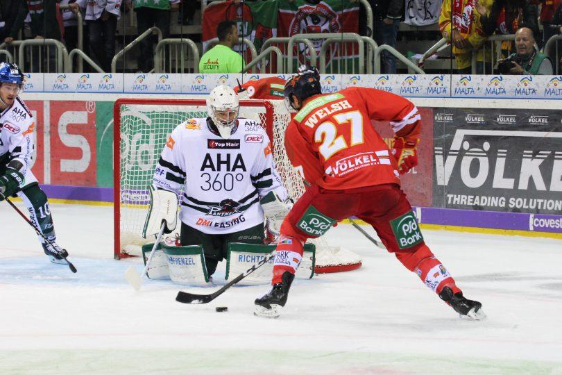 Jeremy Welsh (DEG) vor Jonathan Boutin (AEV) © by Sportstimme.de (DR)