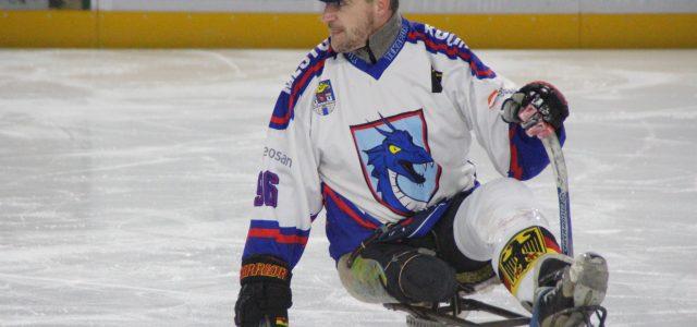 Mit Schlitten und zwei kurzen Schlägern auf dem Eis