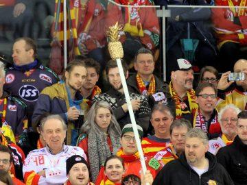 DEG Fans mit der goldenen Ananas - © by EH-Mag. (DR)