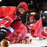 Eissportfreunde spenden in Freiburg 4614 Kuscheltiere für Kinder in Not