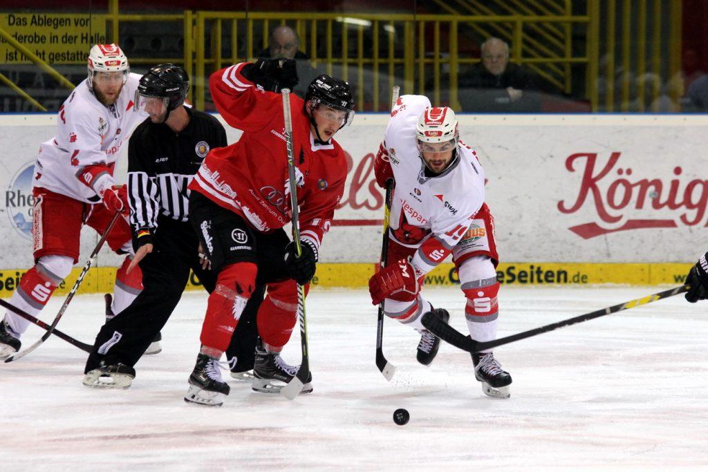 Pavel Pisarik und Nathan Burns kämpfen um den Puck - © by EH-Mag. (DR)