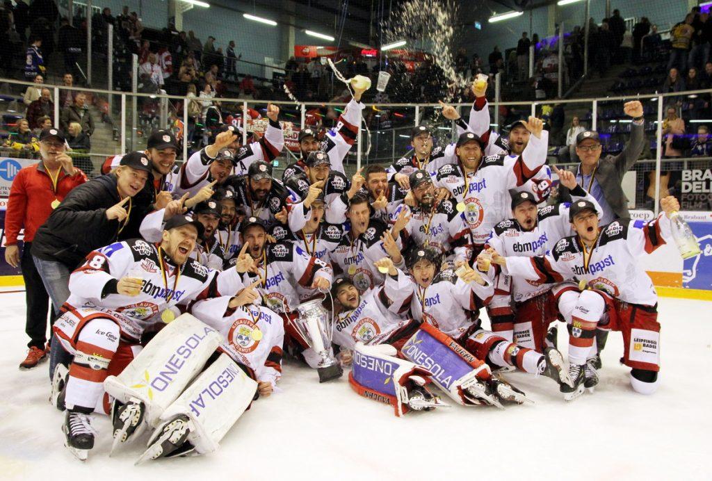 EV Landshut feiert die Oberligameisterschaft - © by EH-Mag. (DR)