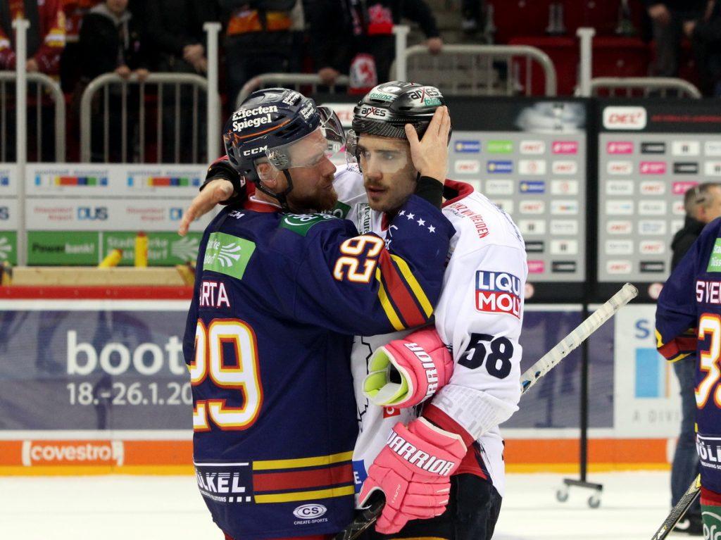 Die Ex-Teamkollegen Alexander Barta und Ryan McKiernan bei der Verabschiedung - © by Eh.-Mag. (DR)