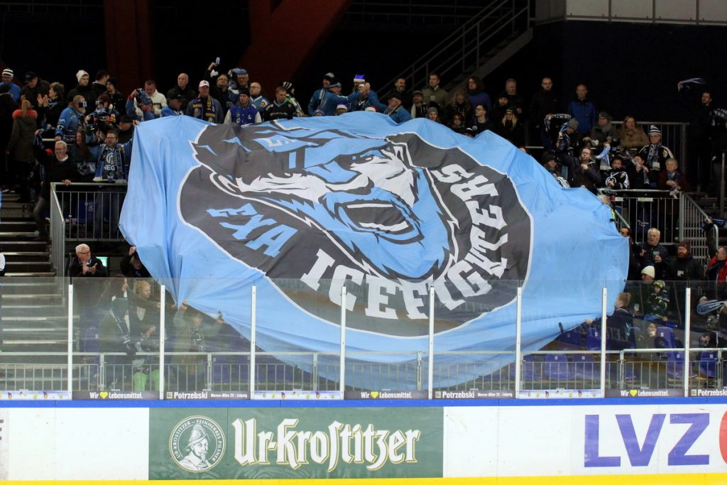 IceFighters Fans bejubeln einen Treffer gegen die Moskitos Essen - © by Eh.-Mag. (DR)