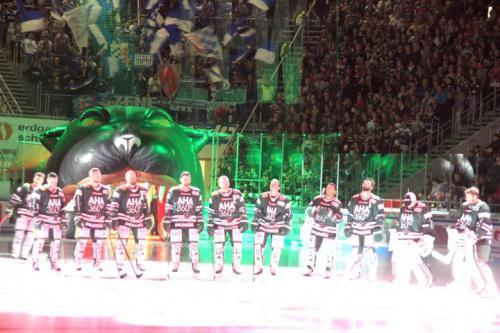 Einlauf der Augsburger Panther ins Stadion