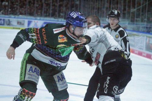 Adam Payerl (Nr.11) und Moritz Müller (Nr.91) liefern sich einen Faustkampf