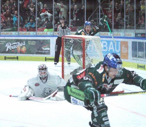Daniel Schmölz (Nr 25) bejubelt seine Treffer