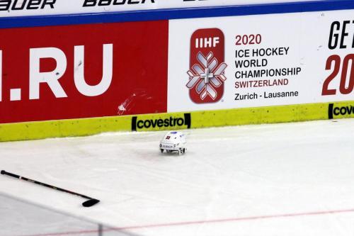 Schweizer Helm vor der Werbung für die kommende WM in der Schweiz