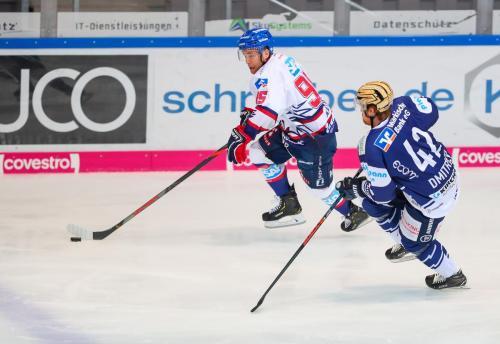 Zweikampf zwischen Alexei Dmitriev und Mark KaticIserlohn Roosters - Adler Mannheim