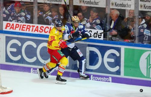 Zweikampf zwischen Mike Hoeffel und Victor Svensson