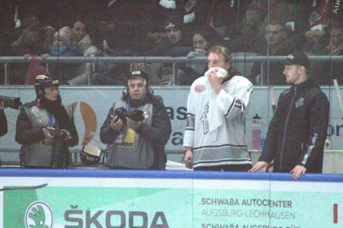 Maximilian Kislinger (NIT Nr.21) blutet im Gesicht